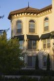 Sonnenuntergang und schöne Fassade Stockbilder