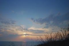 Sonnenuntergang und schöner blauer Himmel durch die Klippe Lizenzfreie Stockbilder