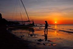 Sonnenuntergang und Schattenbild Lizenzfreie Stockfotos