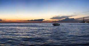 Sonnenuntergang und Schattenbild auf kreuzenden Boot dem Amazonas, Brasilien Lizenzfreies Stockfoto