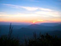Sonnenuntergang und Schicht des Berges stockbilder