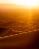 Sonnenuntergang und Schnellfahrenauto von den Sanddünen im Erg Chebbi, Marokko stockfoto