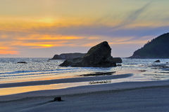 Sonnenuntergang und Seestapel, Oregon-Küste stockbild