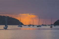 Sonnenuntergang und Segelboote im Ozean in Langkawi, Malaysia lizenzfreie stockfotos