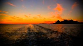 Sonnenuntergang und Sonnenaufgang über dem Meer und dem Lofoten-Archipel von der Fähre Moskenes - Bodo, Norwegen stockfotografie