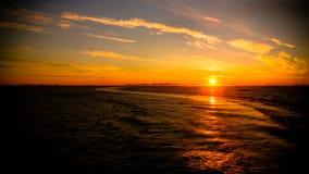 Sonnenuntergang und Sonnenaufgang über dem Meer und dem Lofoten-Archipel von der Fähre Moskenes - Bodo, Norwegen stockfotos