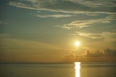 Sonnenuntergang und Sonnenaufgang mit drastischem Himmel über Ozean lizenzfreie stockfotografie