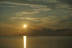 Sonnenuntergang und Sonnenaufgang mit drastischem Himmel über Ozean lizenzfreie stockfotos