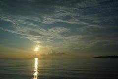 Sonnenuntergang und Sonnenaufgang mit drastischem Himmel über Ozean lizenzfreie stockbilder