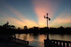 Sonnenuntergang und Sonnenlicht Stockbild