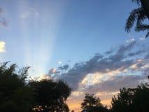 Sonnenuntergang und Strahlen Stockfotos