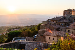 Sonnenuntergang und Strahlen der Leuchte in der Kleinstadt Volterra Stockfotografie