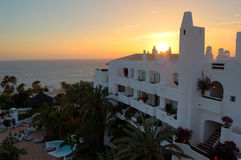 Sonnenuntergang und Strand am Luxushotel Lizenzfreies Stockbild