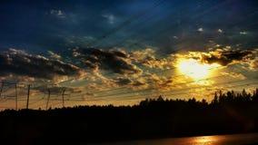 Sonnenuntergang und Stromleitungen Lizenzfreie Stockfotografie