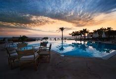 Sonnenuntergang- und Swimmingpool Stockbilder