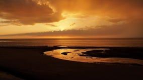 Sonnenuntergang und Wolken über Fluss Lizenzfreies Stockfoto
