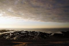 Sonnenuntergang und Wolken des starken Regens auf einem Strand in Normandie Frankreich lizenzfreie stockfotos