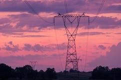 Sonnenuntergang unter dem Hochspannungsturm im Hintergrund stockbilder