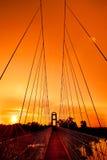 Sonnenuntergang unter der Brücke Stockbild