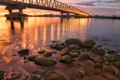 Sonnenuntergang unter der Brücke Stockbilder