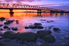 Sonnenuntergang unter der Brücke Lizenzfreie Stockbilder
