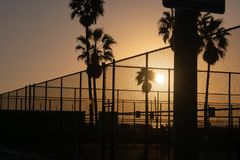 Sonnenuntergang an Venedig-Strand über Sportgerichten lizenzfreies stockbild