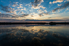 Sonnenuntergang in Vesteralen-Inseln fahren mit szenischen Wolken und der Reflexion auf dem glatten Wasser die Küste entlang stockbild