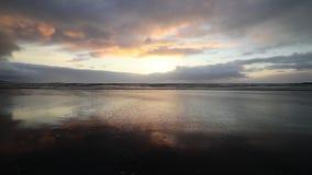 Sonnenuntergang Vestrahorn am Gebirgs- und Stokksnes-Strand island stock footage