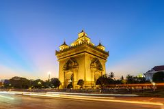 Sonnenuntergang Vientianes Laos bei Patuxai lizenzfreie stockfotos