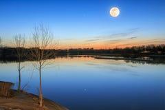 Sonnenuntergang-Vollmond Lizenzfreie Stockbilder