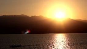 Sonnenuntergang vom Boot in Labuan Bajo Indonesien stock video footage
