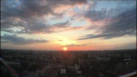 Sonnenuntergang vom Dach des Dachgebäudes stock video footage