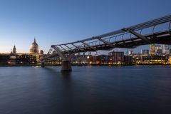 Sonnenuntergang vom southbank in London mit St. Pauls Cathedral und Jahrtausend-Brücke lizenzfreie stockfotos