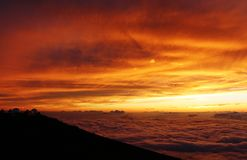 Sonnenuntergang vom Vulkan auf Maui lizenzfreies stockbild