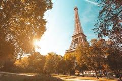 Sonnenuntergang von den Gärten in der Nähe der Eiffelturm in Paris, Frankreich stockfotos