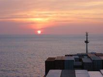 Sonnenuntergang von der Brücke des Containerschiffs Stockbilder