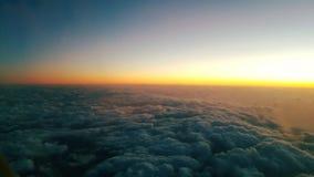 Sonnenuntergang von der Fläche Wolkensteppdecke und goldener Horizont stockfoto