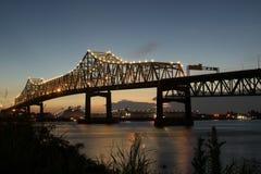 Sonnenuntergang von der Flussbank an zwischenstaatlichen 10 den Fluss Mississipi im Baton Rouge kreuzend Stockfotografie