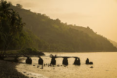 Sonnenuntergang von der ländlichen Küste von Sao- Tomeinsel lizenzfreie stockbilder