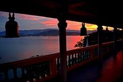 Sonnenuntergang von einem buddhistischen Tempel stockbild