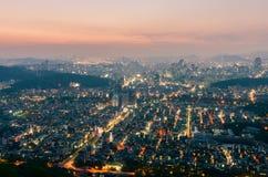 Sonnenuntergang von Seoul-Stadt-Skylinen, Südkorea Stockfotografie