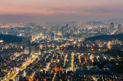 Sonnenuntergang von Seoul-Stadt-Skylinen, Südkorea stockbilder