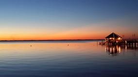 Sonnenuntergang, Wasser und ein roter Himmel Lizenzfreie Stockbilder