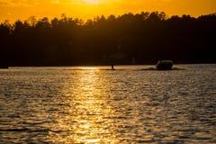Sonnenuntergang-Wasserski lizenzfreie stockfotos
