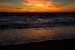 Sonnenuntergang weg vom kalifornischen Strand stockfotografie