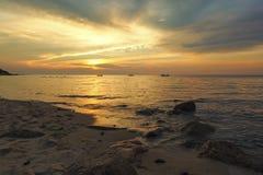 Sonnenuntergang am Wellenbrecher-Strand Lizenzfreie Stockbilder