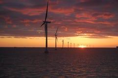 Sonnenuntergang am Windpark Roedsand 2 DK Lizenzfreie Stockfotografie