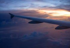 Sonnenuntergang-Wolken aus dem flachen Fenster heraus lizenzfreie stockbilder
