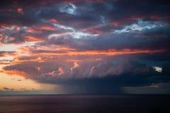 Sonnenuntergang, Wolken und Tornado lizenzfreie stockbilder