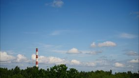Sonnenuntergang-Zeitspanne-Himmel und bewegliches Wolken Kraftwerk Lettland 4K stock video footage